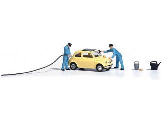 Busch H0 7820 Het vol tanken van een Fiat 500 en het schoonmaken van de ramen - Modeltreinshop