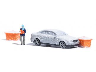Busch H0 7858 Besneeuwde auto - ongeluk tegen zoutbakken - Modeltreinshop