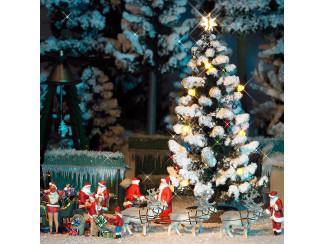 Busch H0 5411 besneeuwde kerstboom, met gekleurde LEDs als verlichting en kerstballen - Modeltreinshop