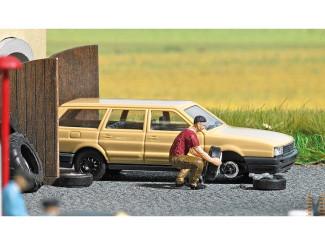 Busch H0 aktie set 7822 man is een band aan het verwisselen van een auto - Modeltreinshop