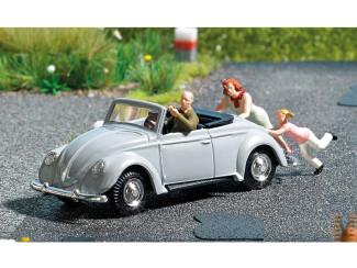 Busch H0 aktie set 7823 man achter stuur van een VW cabrio duwend door vrouw met kind - Modeltreinshop