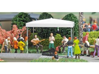 Busch H0 aktie set 7846 straatmuzikanten met tafel, tent en accessoires - Modeltreinshop