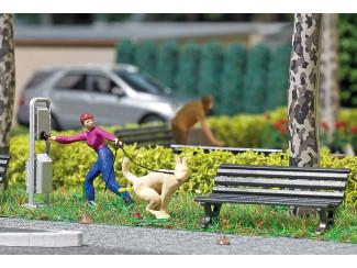 Busch H0 aktie set 7851 Vrouw met poepende hond aan de lijn - Modeltreinshop