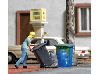 Busch H0 aktie set Vrouw zet de kliko buiten met kliko's en vuilniszakken - Modeltreinshop