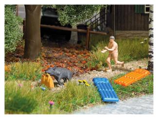 Busch H0 7948 aktie set Everzwijnalarm naakte man rennend achter wild zwijn - Modeltreinshop